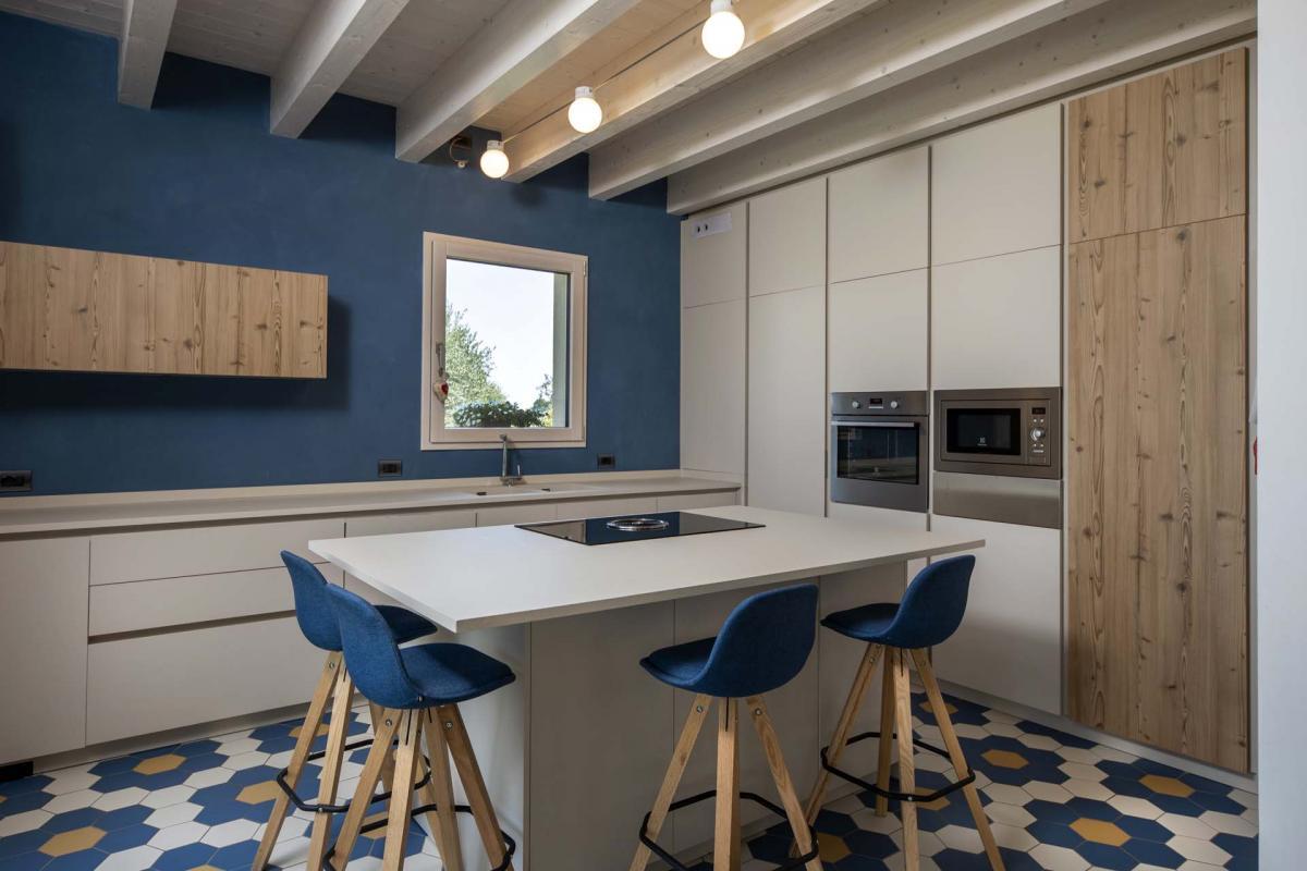 Foto interna, casa in legno stile classico – zona giorno, soggiorno e scala d'accesso al primo piano