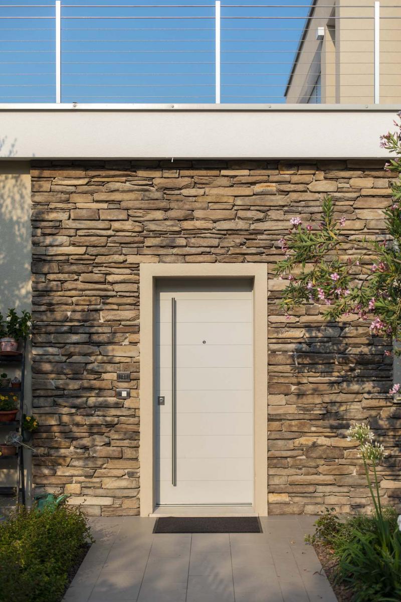 portico su lato sud ovest, travature in legno lamellare sbiancato