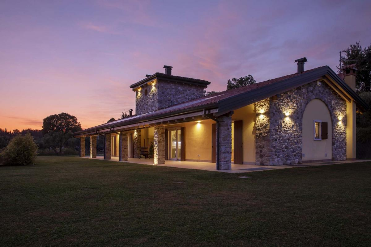 vista prospetti sud e ovest , casa in legno – in primo piano zona pranzo con portico esterno