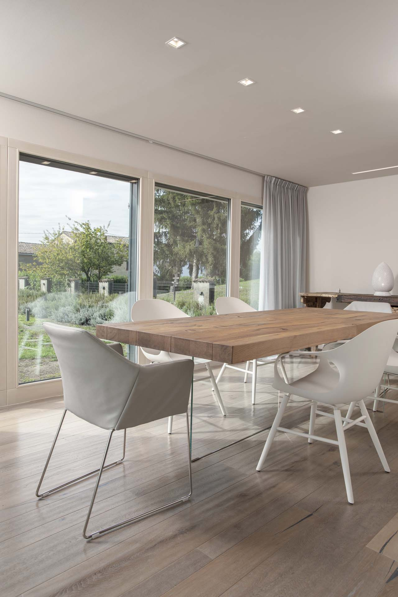 <b>foto interna, sala pranzo e cucina - travature in legno lamellare sbiancato</b>