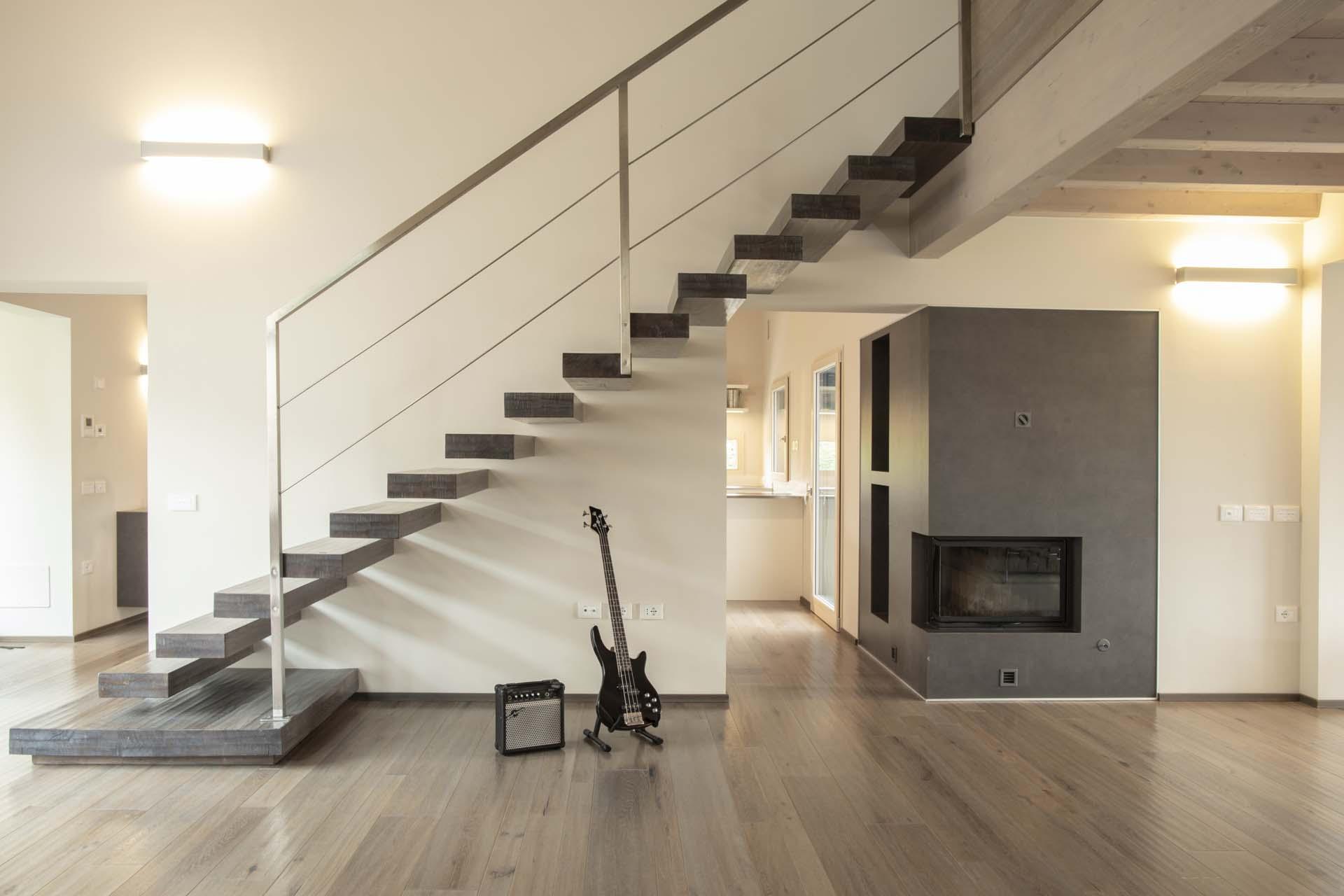 <b>foto interna, soggiorno - travature in legno lamellare sbiancato</b>