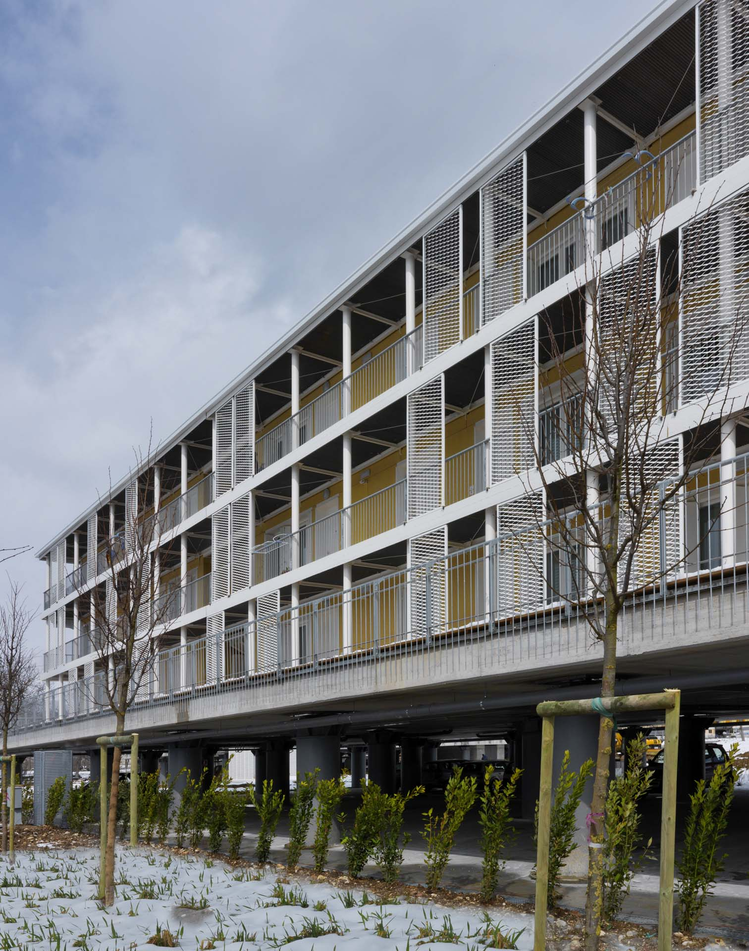 <b>Edificio per cambio bambini in parco giochi urbano</b> Edificio di servizio in legno interamente prefabbricato